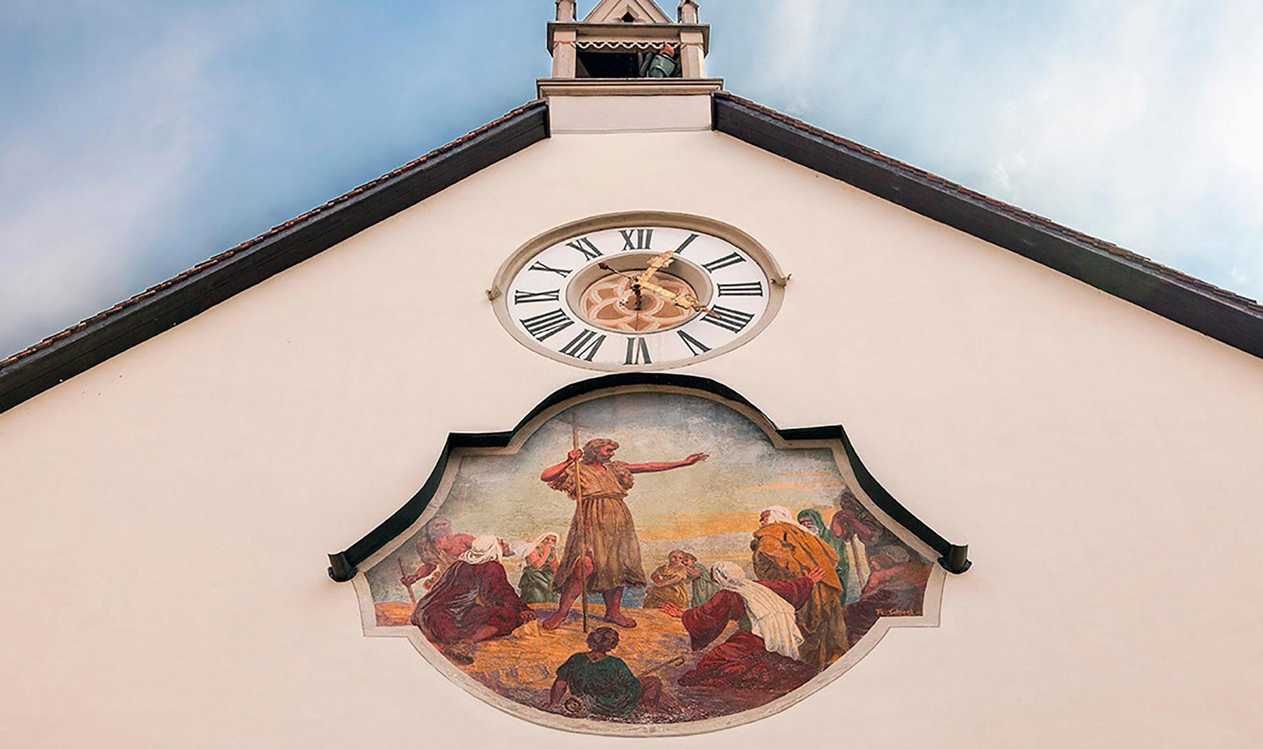 Der Hl. Johannes der Täufer als Kirchenpatron auf der Giebelfassade