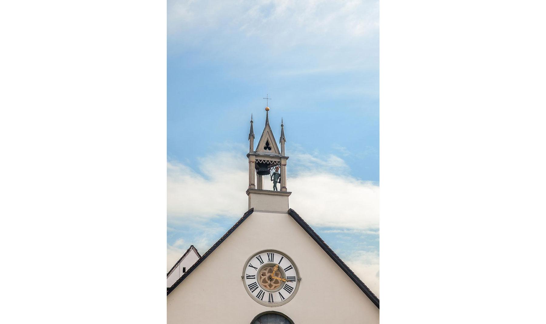 """Der Ritter """"Bläsi"""" mit der Glocke des Schlagwerks der Kirchenuhr"""