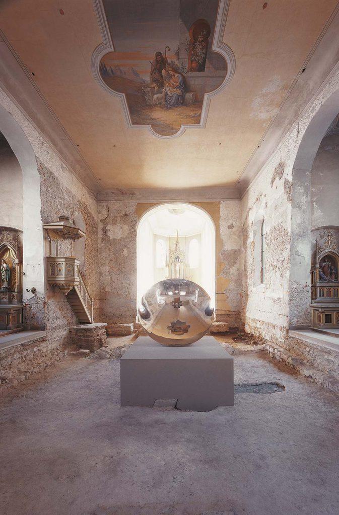 Anish Kapoor, Untitled (2003) in der Johanniterkirche Feldkirch. Eine Kooperation mit dem Kunsthaus Bregenz.