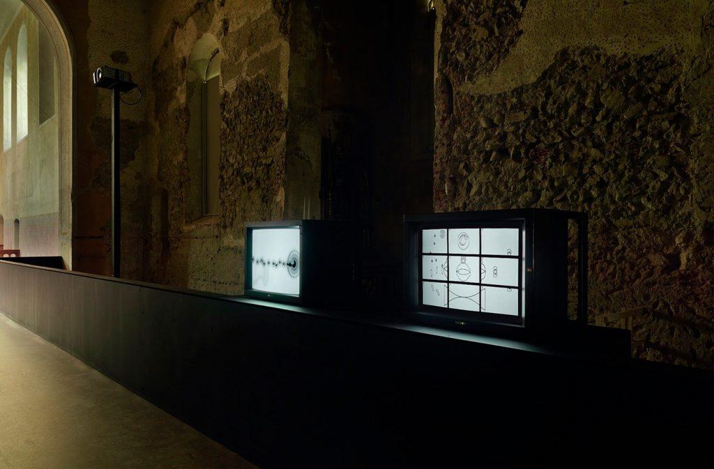 Matt Mullican, Shooting Inside (2008) in der Johanniterkirche Feldkirch. Eine Kooperation mit dem Kunstmuseum Liechtenstein
